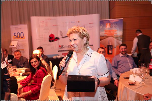 Liliana Sarafidis, administratorul Lilian Expres, a câștigat secțiunea de transport internațional dar și Premiul pentru Stabilitate Financiară înmânat de Oana Stoenescu, director vânzări Garanti Leasing