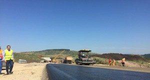 lucrari-autostrada-cnadnr-muncitori-asfaltare